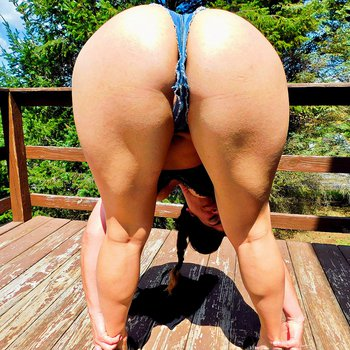 Big butt milf Sammi Starfish is showing her booty in the sunshine outdoors