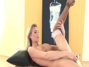 Heather Wild flaunts her Body and plays with Dildo