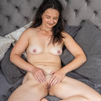 Anette Harper showing off her sexy body