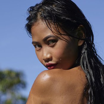 Beautiful young Hiromi loves to be naked outside