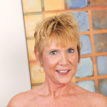 Old granny Honey Ray enjoys spreading and toying juicy snatch
