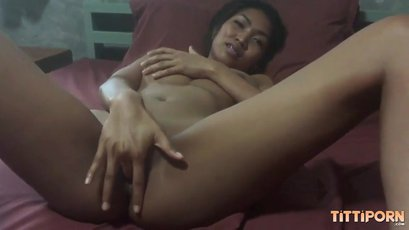 Horny amateur asian fingering wet pussy