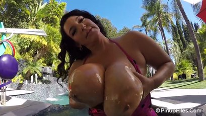 Stunning Subrina Lucia does a hot tub lapdance