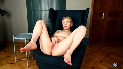 Blonde babe Hannah Blu gently rubs on her clit
