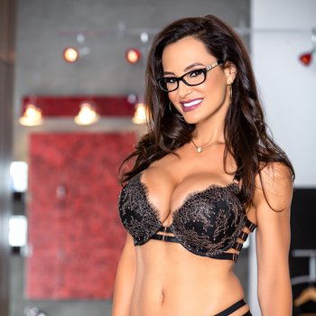 Lisa Ann gets ass fucked and takes a big facial