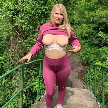 Busty blonde babe Sweet Susi teasing in her new fitness outfit