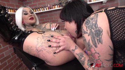 Evilyn Ink pussy licking an inked babe