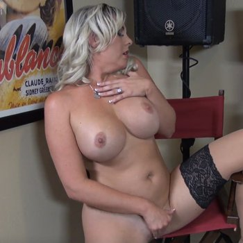 Jayna Woods loves rubbing her delicious pussy