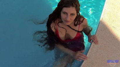 Gorgeous Sabrina Deep drills her Pussy in the Pool