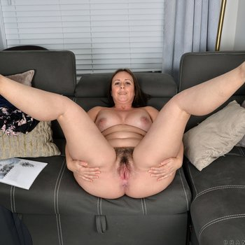 Brandii Banks takes it all off and opens her twat
