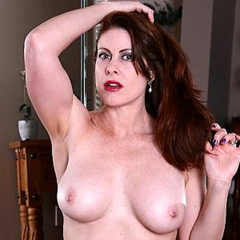 Elise Erotic displays her erotic ass to you
