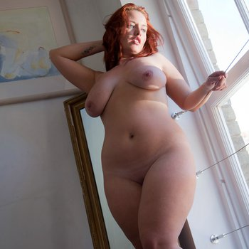 Lindsey Ward loves when the sunlight hits her natural curvy body