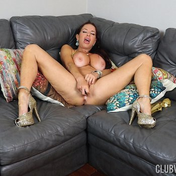 Curvy Veronica Avluv drills her twat with a toy