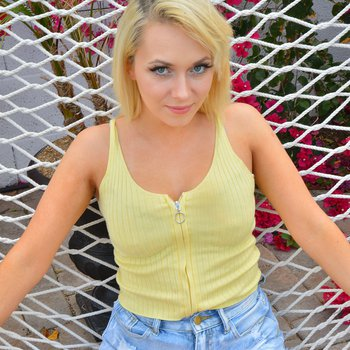 Gorgeous girl Sinclair unveils her hot figure outdoors