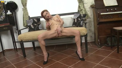 This naughty mature slut can squirt like a firehos