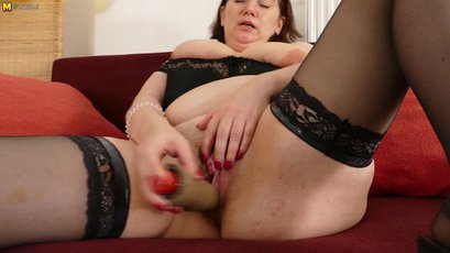This BBW loves to play with her pussy