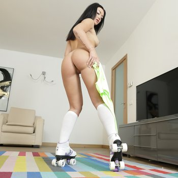 Rollergirl Sofia De Bum wants to show her special trick