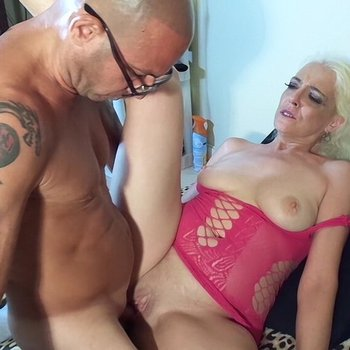 Mature blonde gets her deep pussy filled up with a hot jiz