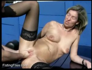 Blonde milf gets her snatch fisted in car