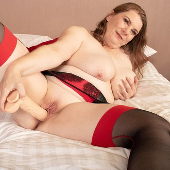 Hot MILF from the UK Rachel toys her own cunt