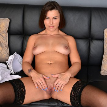 Horny housewife Jamie Ray spreads her cunt