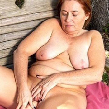 Curvy housewife toying her mature pussy