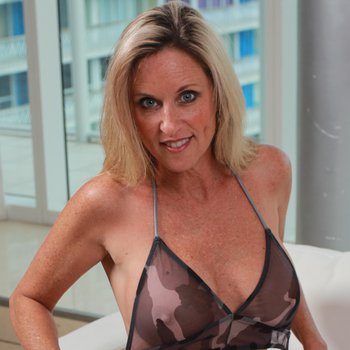 Hot MILF Jodi West gets totally naked on the couch