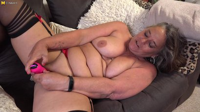Mature lady gets her toys and pumps her snatch