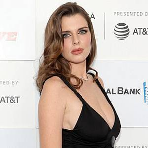 Busty Julia Fox showing sexy cleavage at premiere