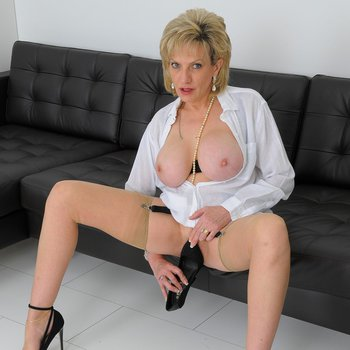 Big-titted woman Lady Sonia rubs her cunt using a high heel