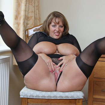 Mature BBW Curvy Claire spreading and playing with her cunt