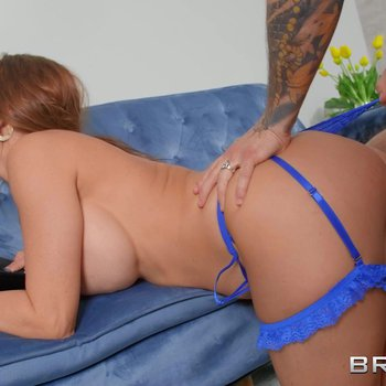 Chic lady Alexis Fawx gets down and dirty