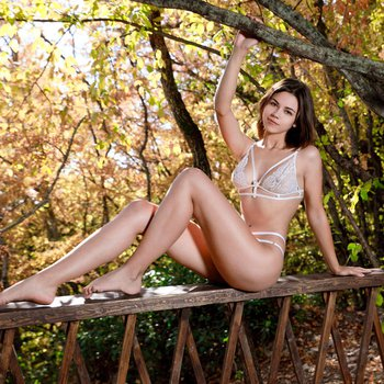 Delightful babe Olivia Cassi shows off her curves