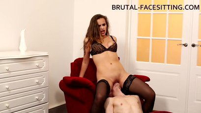 Alexa Presley spreads her legs and sits on a face