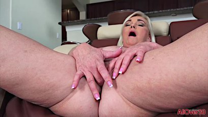 Paris Rose opens her ageing pussy nice and wide