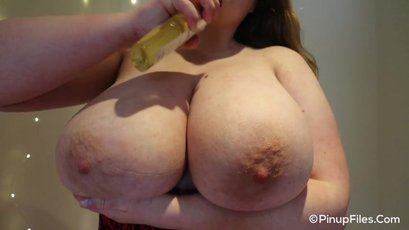Sara Willis gives a close up of her huge boobs