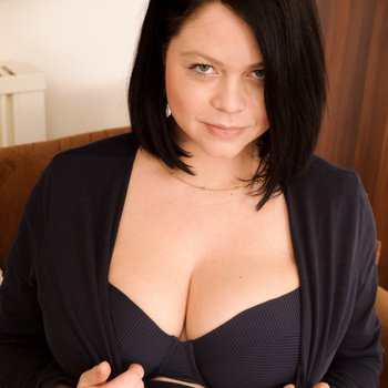 Lovely Shione Cooper unveils her huge tits